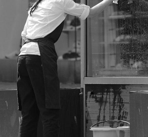 Kvinde der pudser vinduer